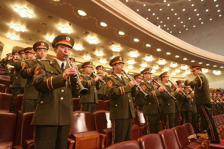 图文:军乐队高奏国歌
