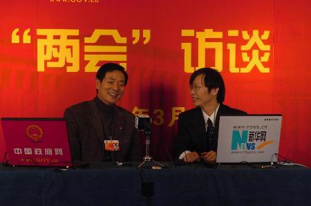 图文:全国政协委员濮存昕接受采访