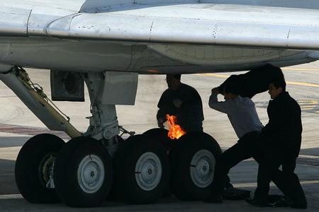 朝鲜客机在北京机场降落时轮胎起火(组图)