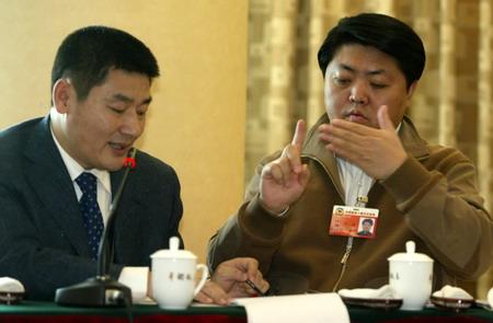 图文:长春市聋人协会副主席用手语发言