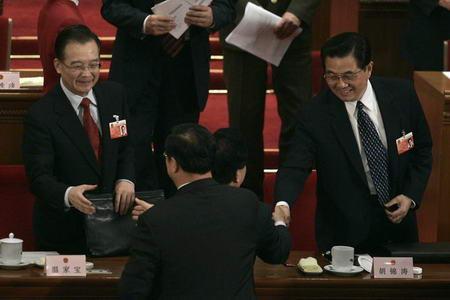 图文:胡锦涛温家宝起身和主席团成员握手