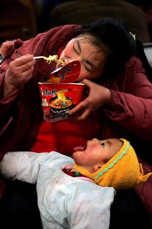 图文:华赛日常生活单幅优秀奖入围作品春运中的母子