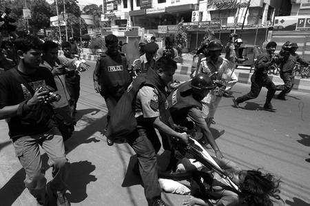 图文:孟加拉警察拘捕女性罢工者