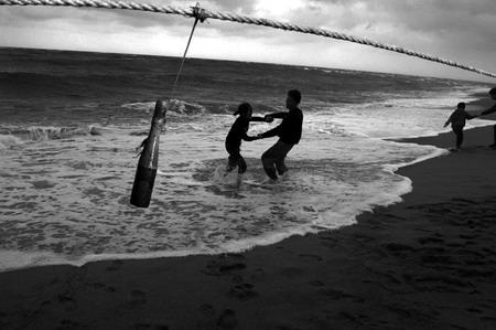 图文:戚兰和他的男友在海边嬉戏