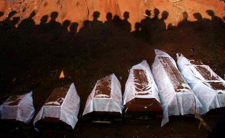 图文:斯里兰卡集体葬礼