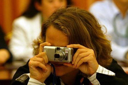 图文:评委芭芭拉在用相机拍摄