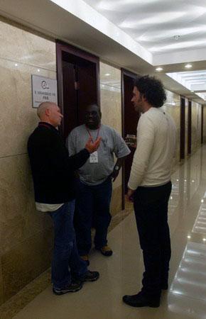 图文:三名外籍评委在间歇期间交流