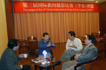 图文:四名中国评委会成员在评选间歇期间交流