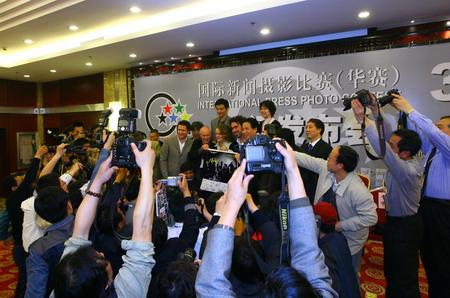 图文:大赛评委会成员宣布大奖结果