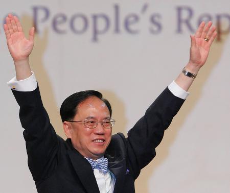 图文:曾荫权在选举现场向人们挥手致意