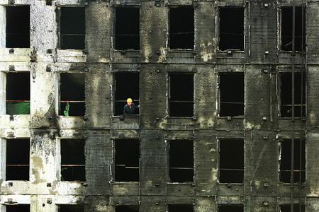 """图文:在建楼起火变成""""阴阳脸"""""""