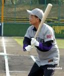 图文:温家宝兴致勃勃地挥棒击球