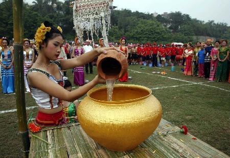 组图:傣族群众澜沧江边举行泼水节取水仪式