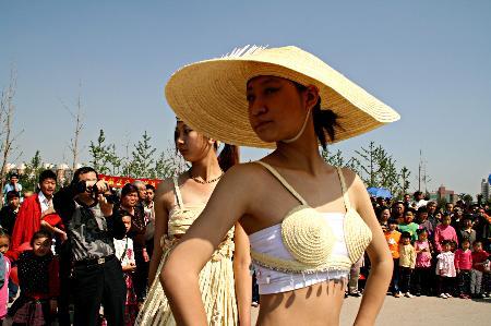 图文:模特展示精美的草编服饰