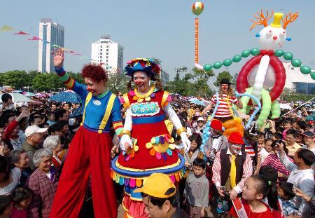 图文:小丑演员在广西柳州市人民广场