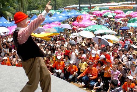 图文:小丑演员在广西小丑艺术节表演