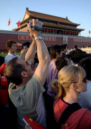 图文:外国游客在天安门游览