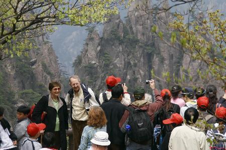 图文:游客在黄山五指峰景区拍照留念