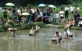 图文:游客在参加罩鱼竞赛