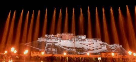 图文:布达拉宫广场上的音乐喷泉