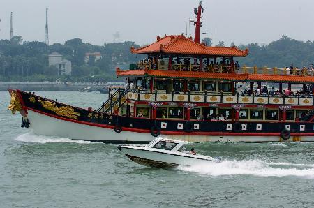 图文:一艘游船载着游客游览金厦海峡