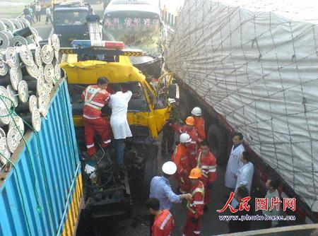 浙江甬台温高速公路16车相撞7人伤亡