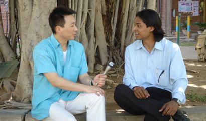图文:主持人康辉和印度学生愉快交谈