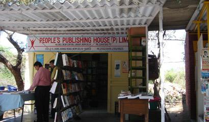 图文:尼赫鲁大学里的小书店