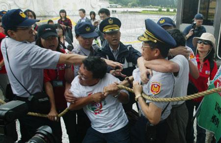 中正纪念堂改名引发蓝绿阵营支持者发生冲突