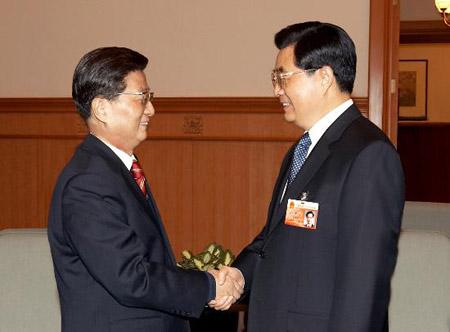 这是大会前,胡锦涛同黄菊亲切交谈.