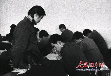 图文:老师在察看考生的考卷