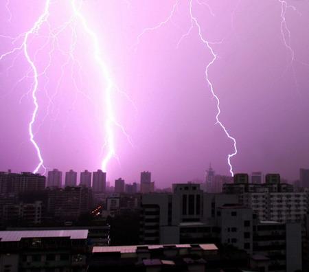 图文:南方普降大雨佛山电闪雷鸣