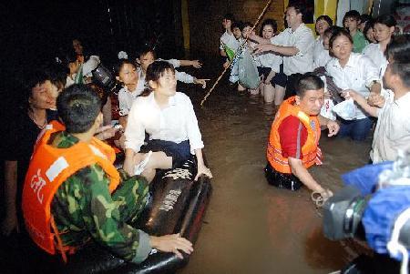 图文:救灾人员紧急转移受困群众
