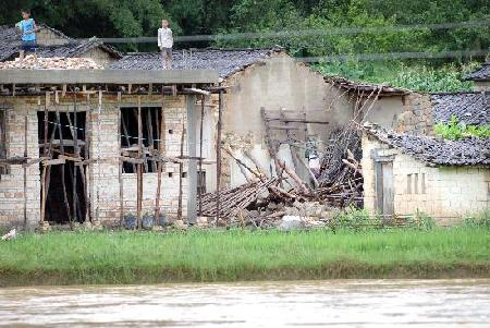 图文:广东梅州山洪暴发房屋倒塌