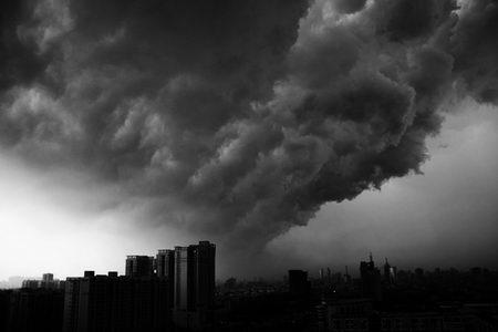 组图:广东佛山天空出现漏斗形云层