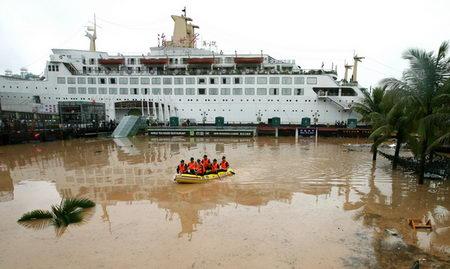 组图:深圳连降暴雨海上世界酒吧街被淹