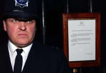 白金汉宫外贴着宣布王太后死讯的公告
