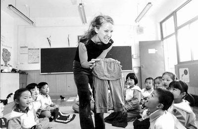 凉城第三小学加籍教师给一年级学生上课(图)