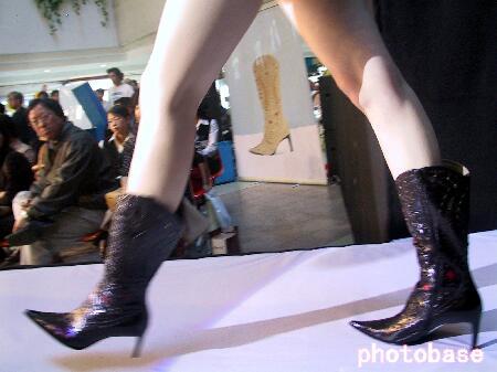 组图:济南人体女模为鞋作秀
