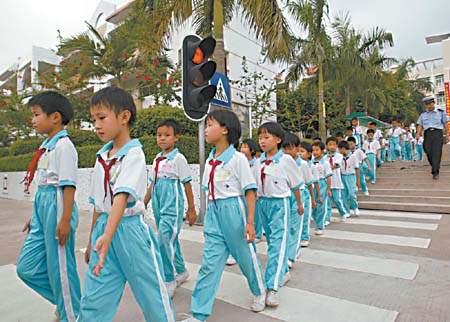 镇中心生平学小学时在学校里遵守都严格行走校上册语文v生平课件一比尾巴年级图片