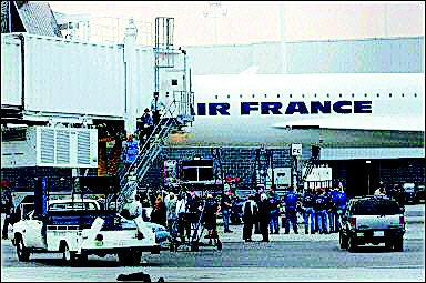 节期间劫持从巴黎起飞的民航飞机对美国发动恐怖袭击