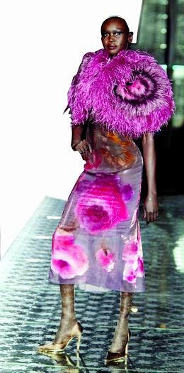 东方的轻纱和团花也能营造出宫廷的色彩.-宫廷盛宴之中西合璧图片