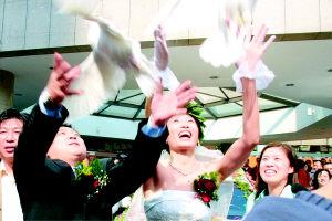 图文-张宁大连结婚放飞白鸽寄托美好心愿