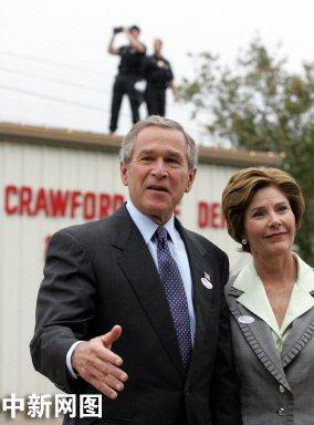 组图:布什与夫人劳拉投票后向新闻界讲话
