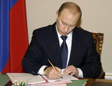 俄总统普京在《京都议定书》上签字(图)