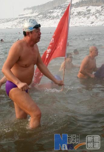 乌鲁木齐市约250名冬泳爱好者冒着零下十几摄氏度的严寒在红雁池水库