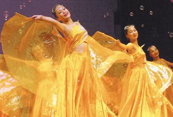 第三届全国劳教所文艺总结颁奖汇报演出17日在南宁举行.图为广西壮