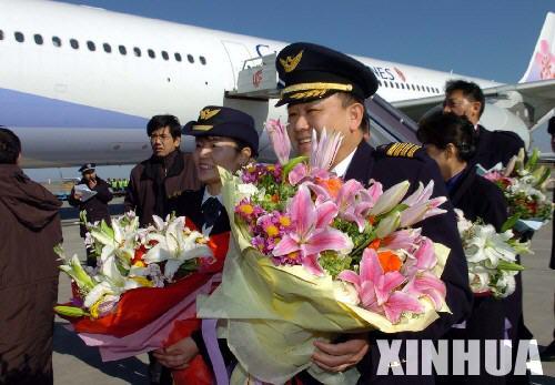 台湾中华航空CI581航班机长及机组人员接受欢迎人员的献花-台湾班机