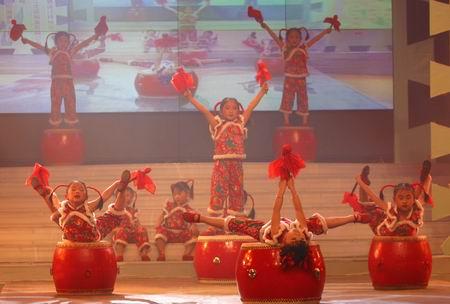 厦门瑞景大地幼儿园的小演员们表演的《欢乐大鼓》
