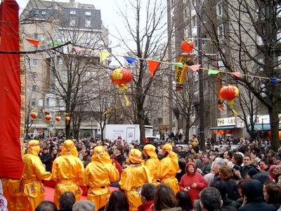 组图:巴黎唐人街华人社团组织传统的中国表演